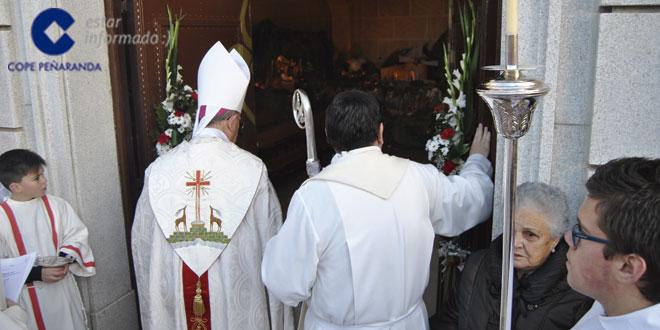 El obispo de la Diócesis, Monseñor Carlos López, abrió la Puerta Santa en el Convento de las Clarisas en Cantalapiedra