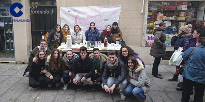 Los jóvenes de Pastoral juvenil de la parroquia de Peñaranda durante la tortillada solidaria