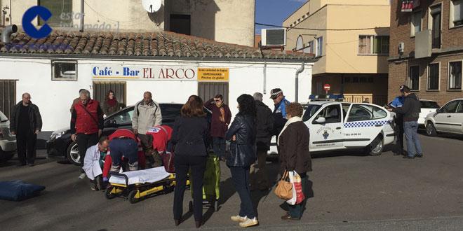 Los sanitarios atendieron a la herida en el lugar del suceso