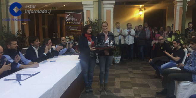 La alcaldesa de Peñaranda, Carmen Ávila, entregó el trofeo a la ganadora del VII Certamen taurino Ciudad de Peñaranda