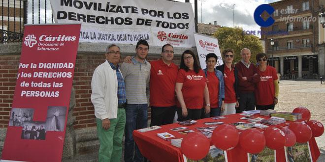 Algunos de los voluntarios de Cáritas en la mesa informativa que instalaron en la Plaza de España