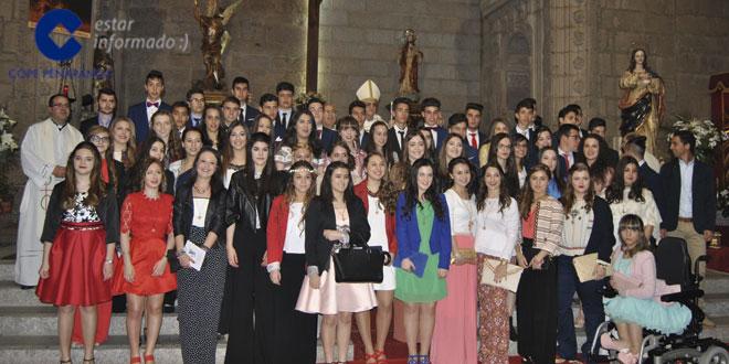 Los jóvenes confirmandos junto el obispo, los sacerdotes y catequistas tras la celebración eucarística