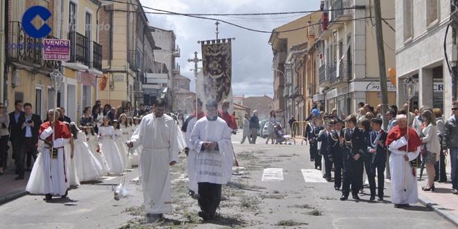 Los niños que han tomado la primera comunión participaron en la procesión del Corpus en Peñaranda