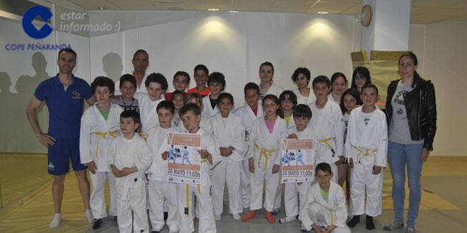 Los niños de kárate del CID durante la presentación del campeonato local de kárate