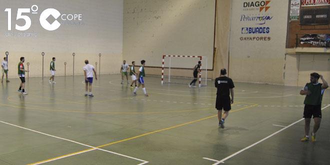 Un momento del partido entre Pizzería Castilla y Billar de Matacavras del Torneo de invierno de FS