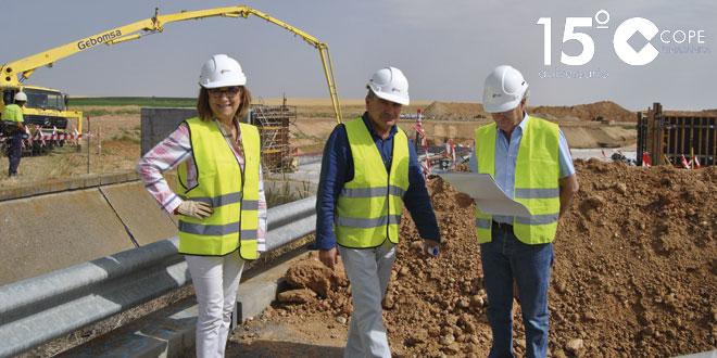 La directora general de Desarrollo Rural durante su visita a las obras del canal de la Armuña