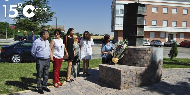 La alcaldesa de Peñaranda junto a varios concejales en la ofrenda floral
