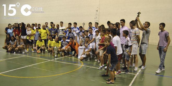 Los equipos ganadores tras la entrega de los trofeos en el pabellón