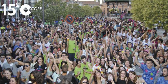 Cientos de personas llenaron la Plaza de España en la concentración de peñas