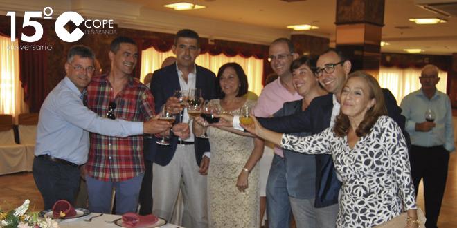 La alcaldesa de Peñaranda, junto a diferentes otros representantes públicos brindan durante la recepción de alcaldes
