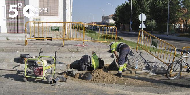 Operarios municipales arreglando la tubería rota en la Avenida de Salamanca
