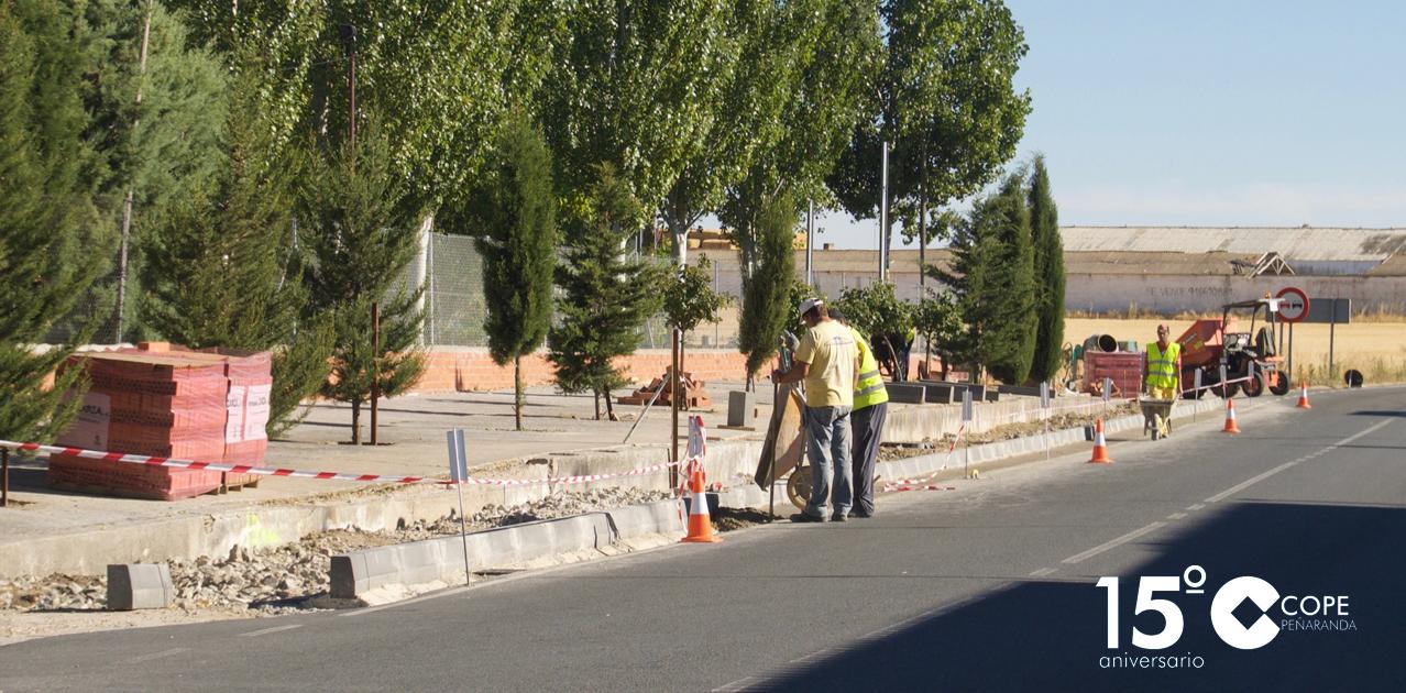 Trabajadores del Ayuntamiento de Aldeaseca en las obras de urbanización de la travesía