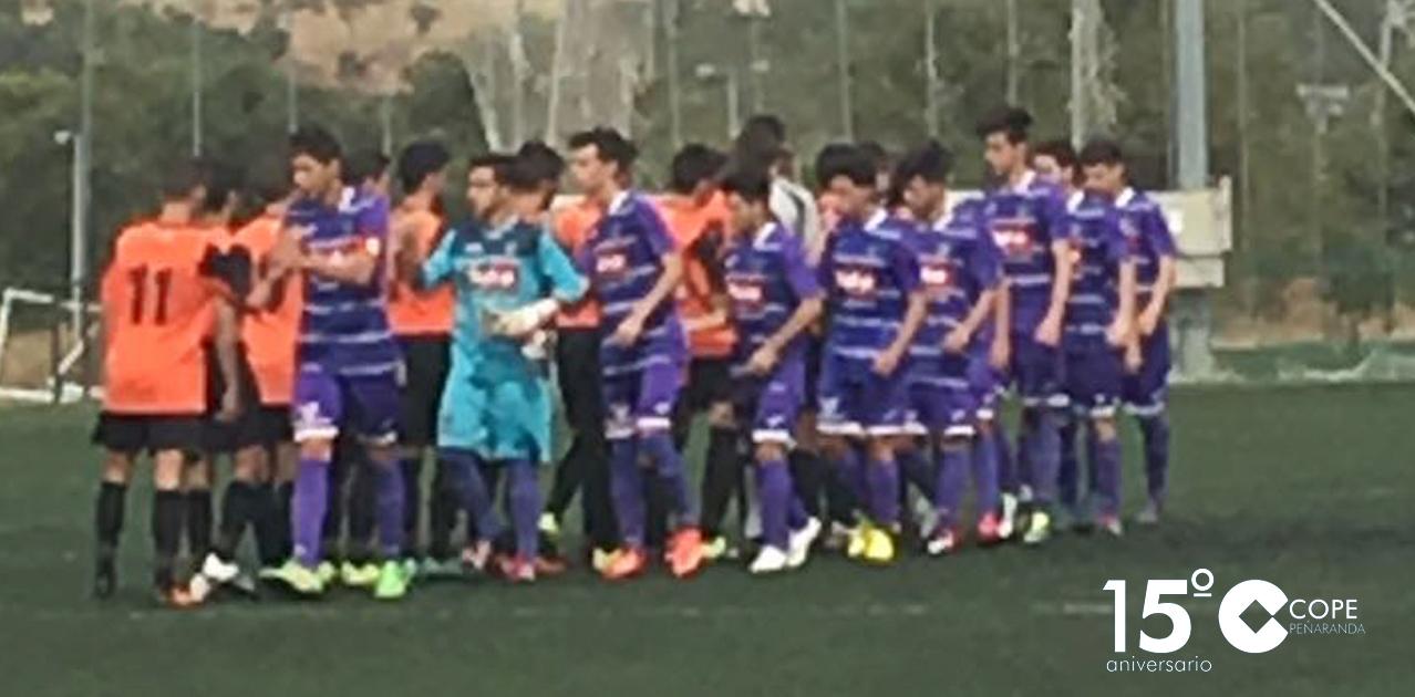 Los juveniles del CD Peñaranda antes de iniciar el partido contra Parquesol