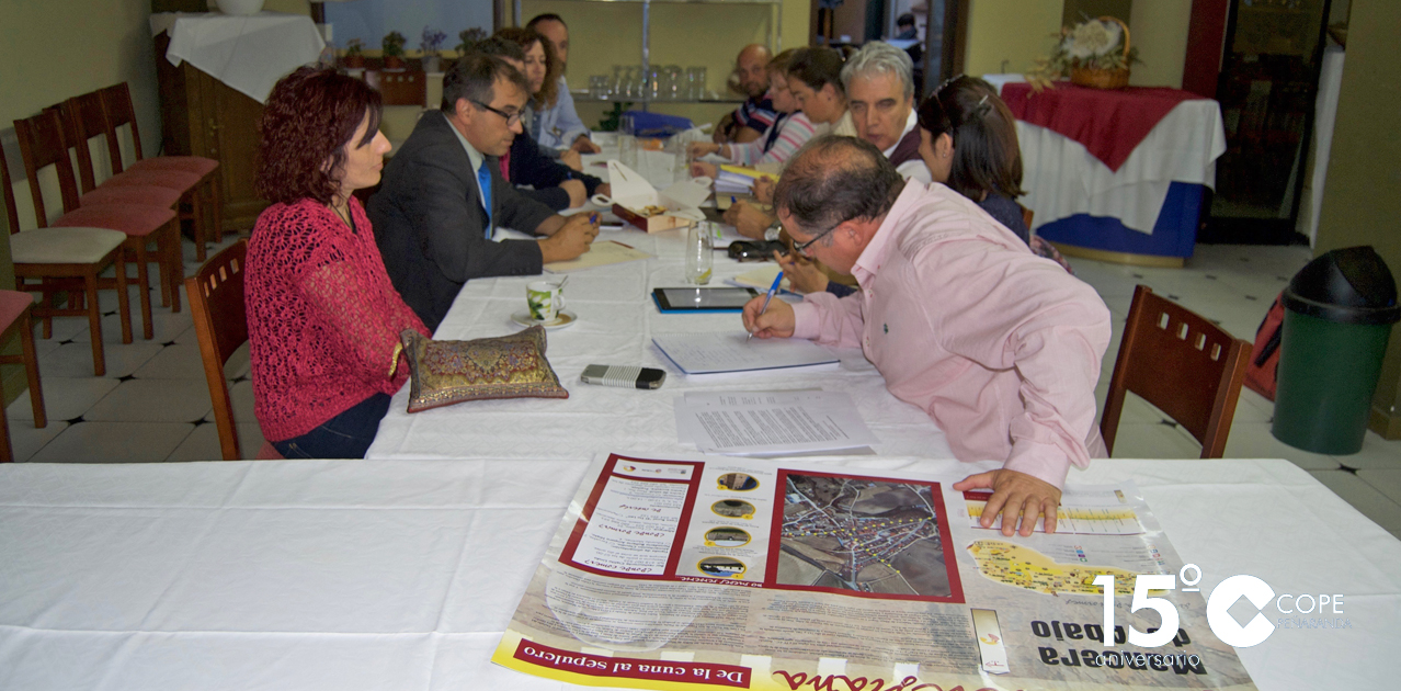 La Junta directiva de la Asociación Ruta De la cuna al sepulcro en su reunión en el restaurante La Posada