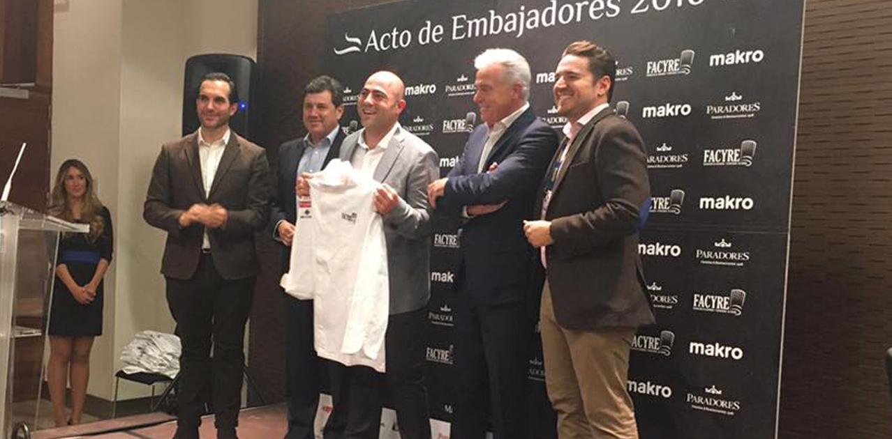 Heliodoro Flores recogió la chaquetilla acreditativa de manos del presidente de Facyre, Mario Sandoval