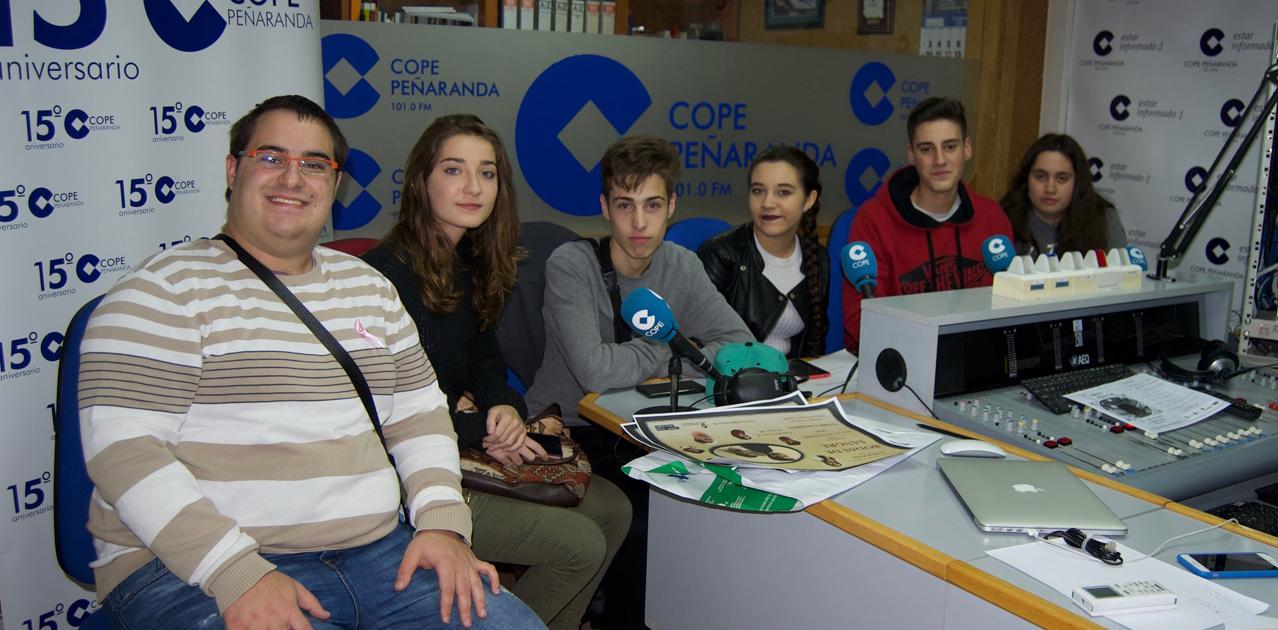 Miembros del grupo de teatro Ilusiones durante la entrevista en COPE Peñaranda