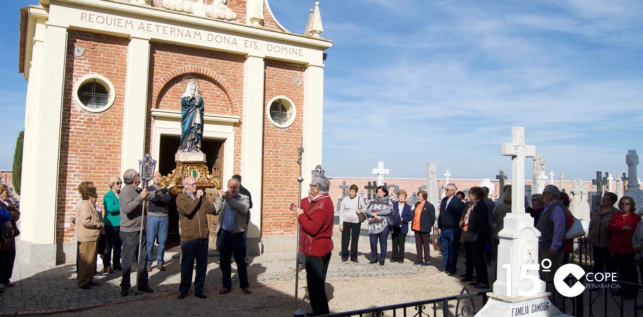 Decenas de personas acudieron al rezo del Rosario con procesión en el cementerio de Peñaranda
