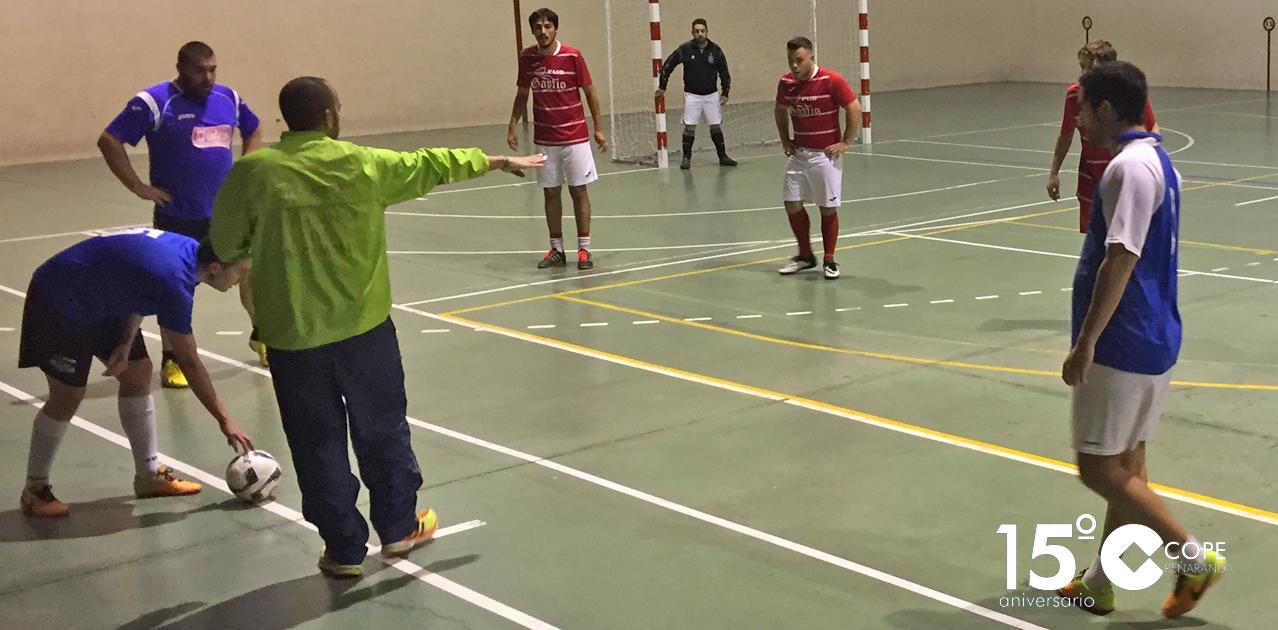 Un momento del partido entre Kiosco invernal de Miguel y @PubGarfio en el Torneo de invierno de FS
