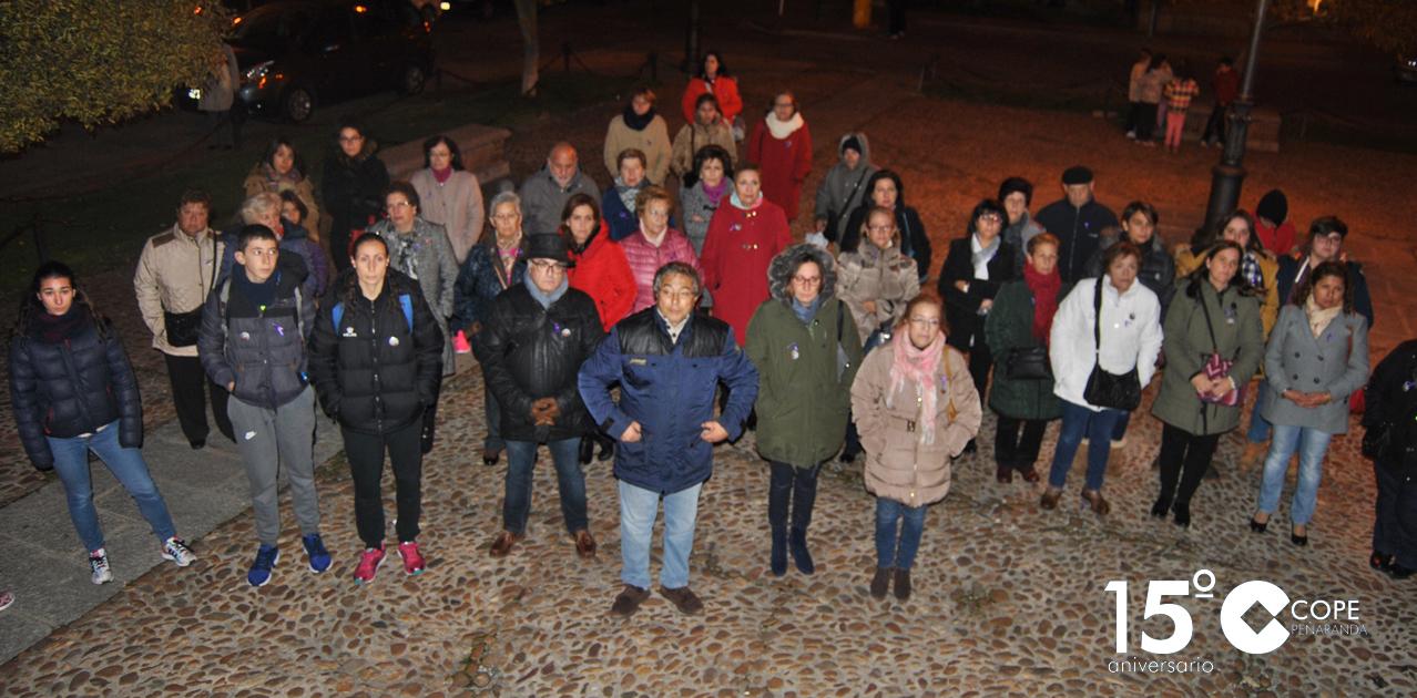 Una treintena de personas se concentraron contra la violencia de género junto al templete