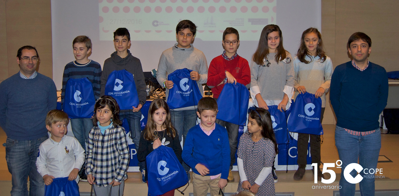 Los alumnos premiados en el XVI Concurso escolar de dibujos navideños tras recibir sus obsequios.