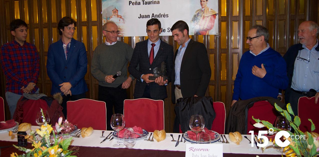 Paco Ureña recogió el galardón en el transcurso de la cena anual de la peña de Juan Andrés