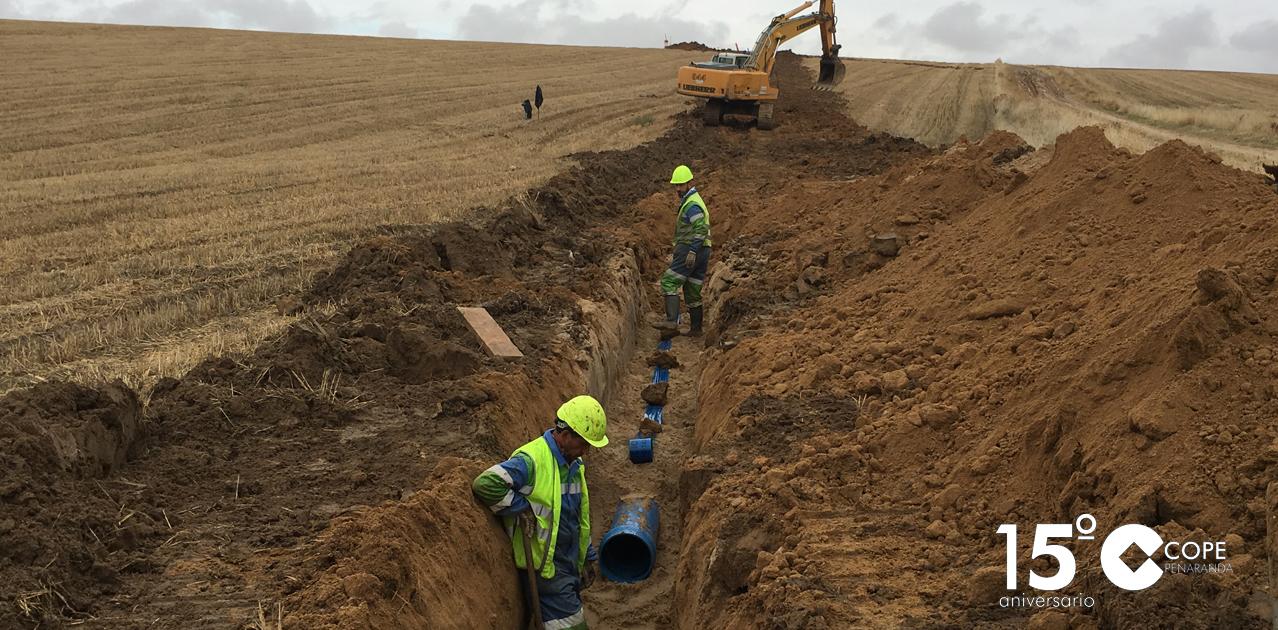 Operarios de la empresa Construcciones Presa Ibañez durante la ejecución de las obras de la tubería desde la presa del Milagro
