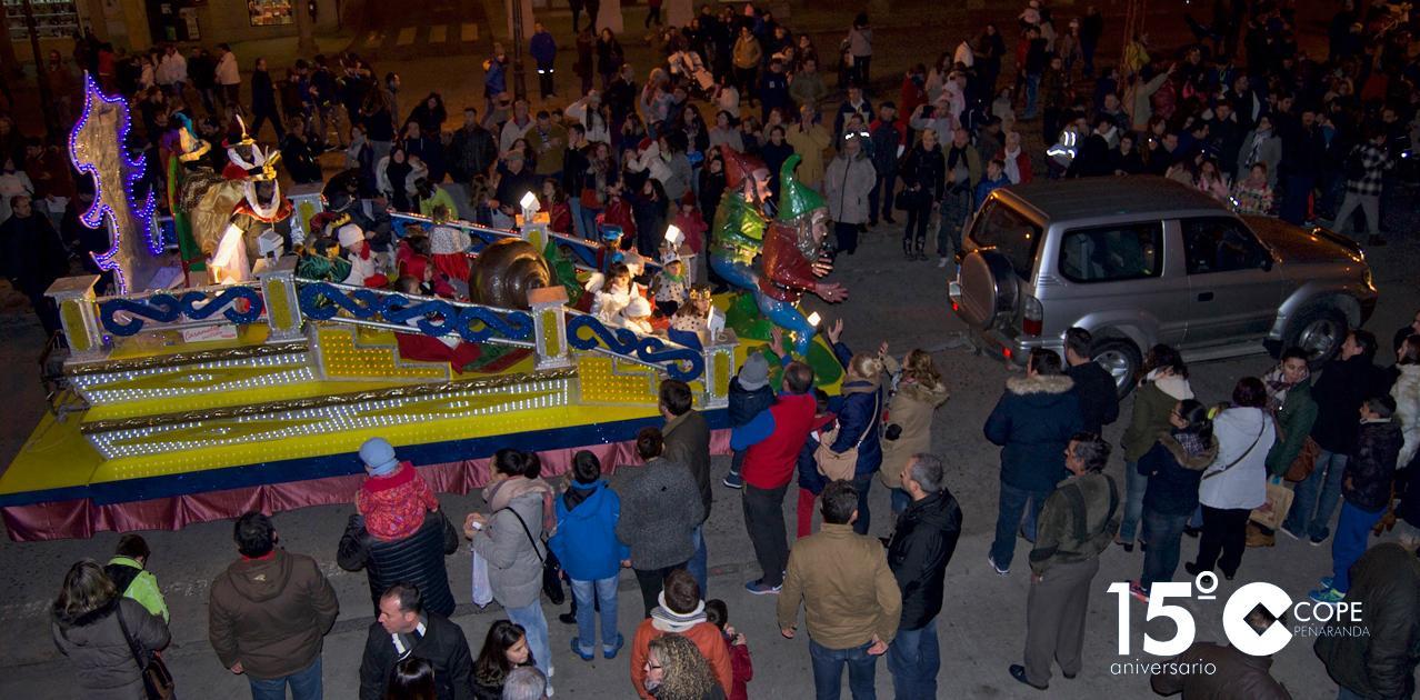 Cientos de personas escucharon el pregón de los Reyes desde el balcón del Ayuntamiento