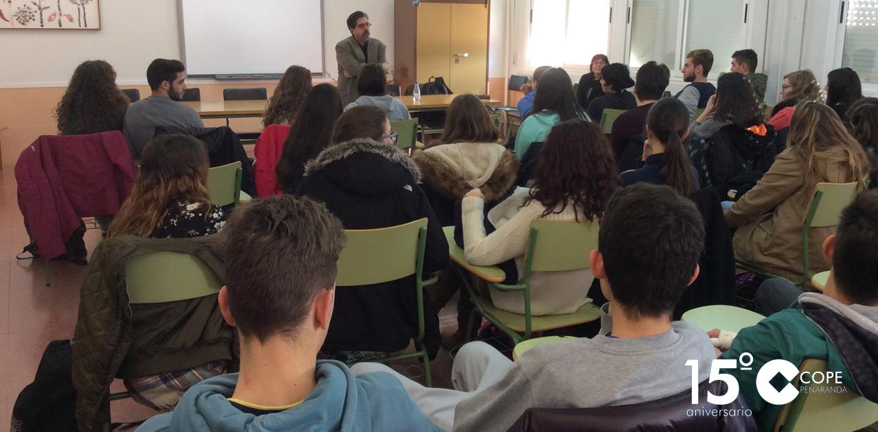 Luis García Jambrina durante su encuentro con alumnos del IES Tomás y Valiente