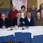 El jurado del Premio nacional de Poesía junto a hermanos mayores de las Cofradías tras conocerse