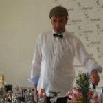 Teo Marcos en un momento de su taller sobre cócteles organizado en Cantalapiedra.