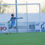 El portero del CD Peñaranda despeja un balón durante el partido frente al CD Villamayor.