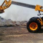 Los bomberos del parque comarcal de Peñaranda trabajan en las labores de extinción del incendio.