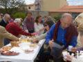 Decenas de personas participaron en un vino de honor ofrecido tras la bendición de campos.