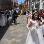 No faltaron los abanicos y las botellas de agua durante la procesión del Corpus en Peñaranda.
