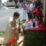 El párroco, Lauren Sevillano, durante la procesión del Corpus en El Campo de Peñaranda.