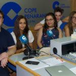 Actores del grupo Ilusiones junto a su director en los estudios de COPE Peñaranda.