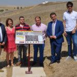 Autoridades y representantes de la Asociación De la cuna al sepulcro junto al panel informativo colocado en Mancera.
