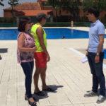 La alcaldesa Carmen Ávila de Manueles, visitó las piscinas municipales en el primer día de temporada.