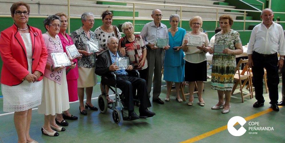 Los mayores homenajeados por la Asociación de mayores de Macotera. / FOTO: José Guerras.