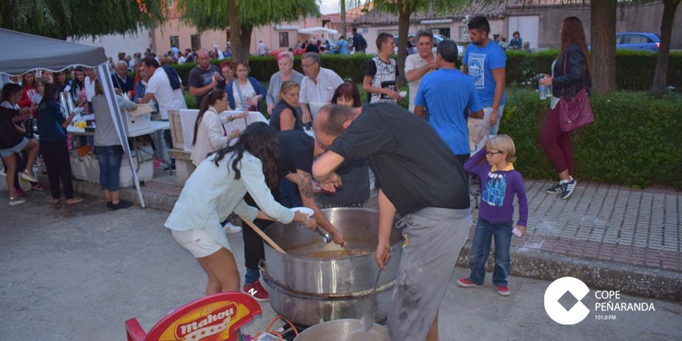 Los vecinos del Villar compartieron unas 300 raciones de carne con patatas.