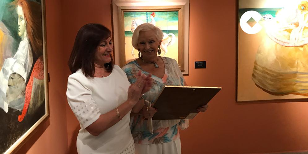 La alcaldesa de Peñaranda, Carmen Ávila, junto a la artista María Carrera.