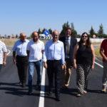El presidente de la Diputación, junto a ediles de Cantalapiedra y Palaciosrubios en la carretera DSA-700.