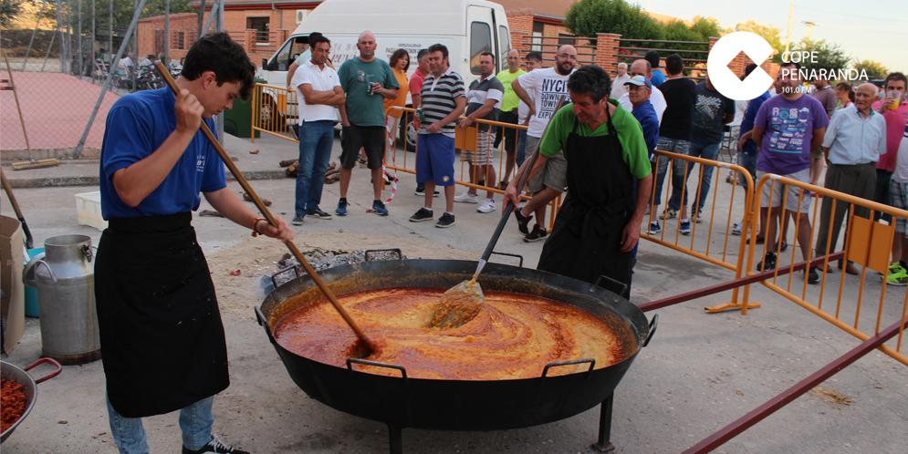 Cientos de personas debutaron unas patatas meneas y chichas en Tordillos.