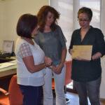 María y Asunción recogieron el dinero de manos de la alcaldesa.