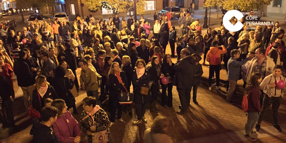 Decenas de personas participaron en la concentración del Día mundial del cáncer de mama.