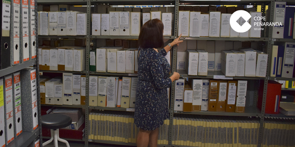 La alcaldesa de Peñaranda, Carmen Ávila de Manueles, en el archivo municipal.