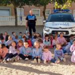Alumnos de educación infantil del CEIP Miguel de Unamuno junto a la Policía Local