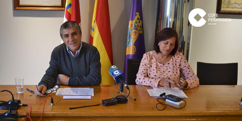 El concejal de Hacienda, Isidro Rodríguez, y la alcaldesa, Carmen Ávila de Manueles, en la rueda de prensa.
