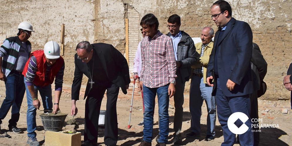El obispo de la Diócesis, Monseñor Carlos López, colocó la primera piedra de la nueva Casa de la Iglesia.