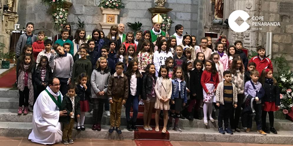 El obispo se fotografió con los niños tras la eucaristía mayor en la parroquia.